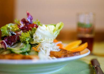 Salat-Putenbruststreifen-auf-Tisch
